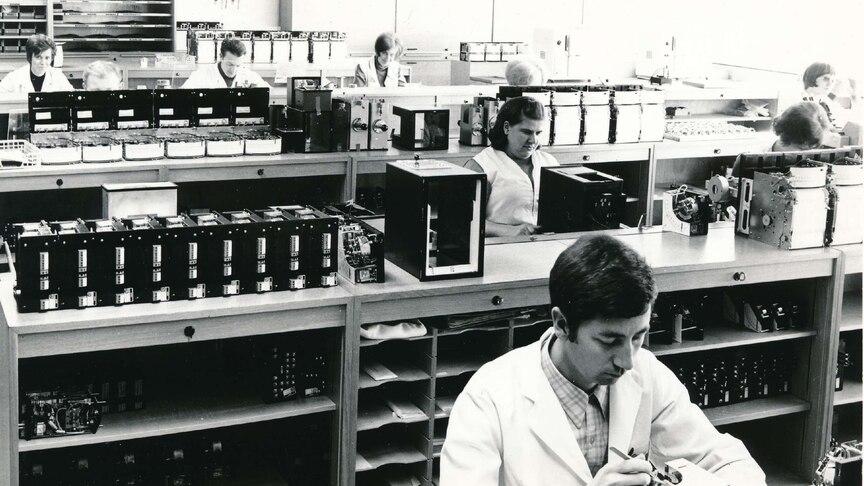 Montage der Punktschreiber, Programmregler und Induktivregler in 1972